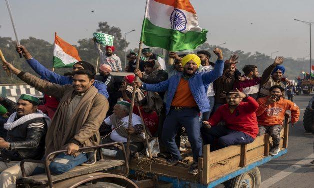 """هل تطيح """"ثورة المزارعين"""" في الهند بحكومة مودي؟"""